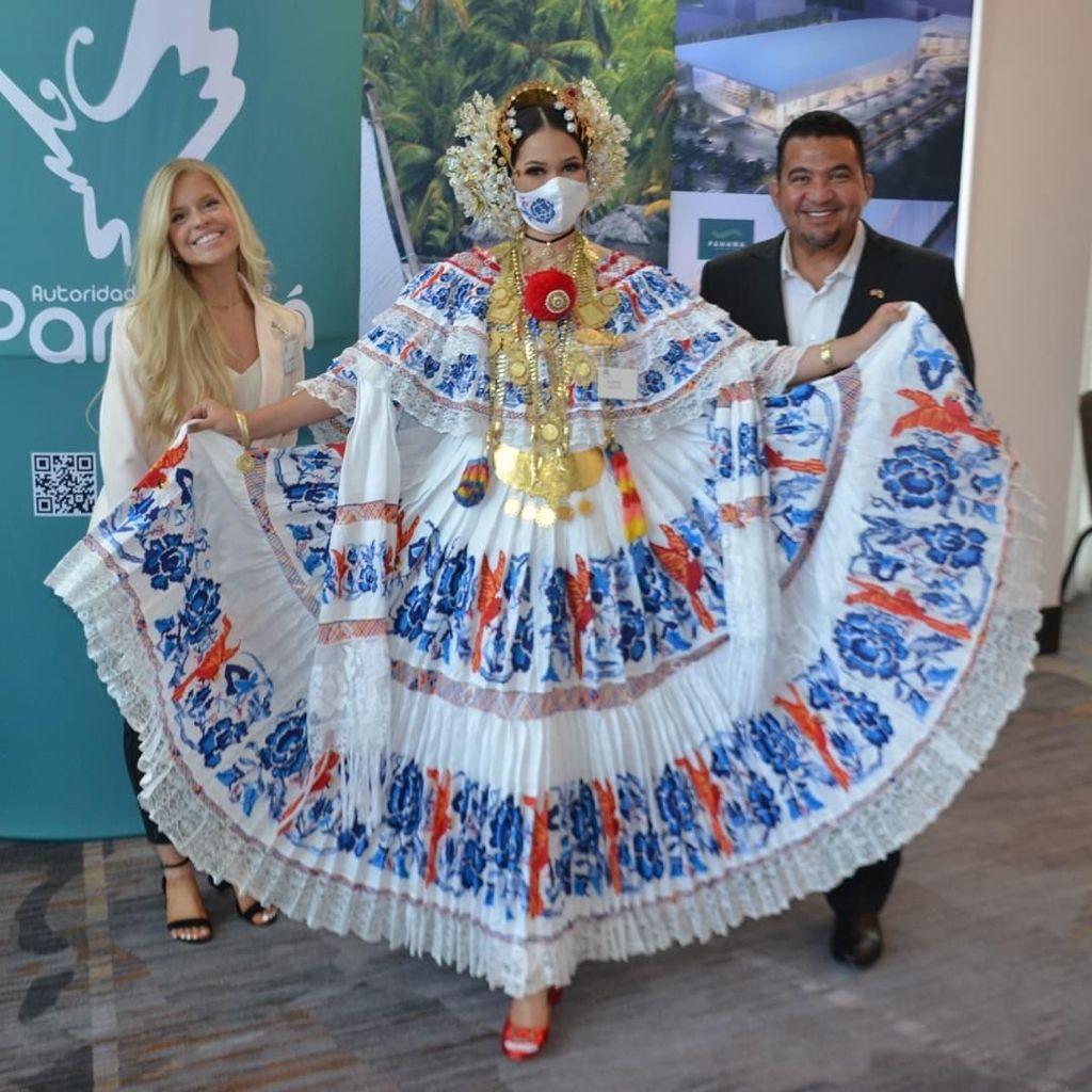 Michelle Kana & Robert Cowes Posing At Texas Panama Business Summit